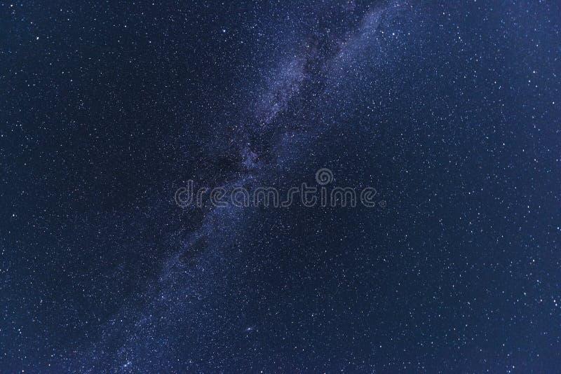 Небо ночи звёздное с серией сияющих звезд и красочного млечного пути во время метеорного потока Perseid стоковое фото
