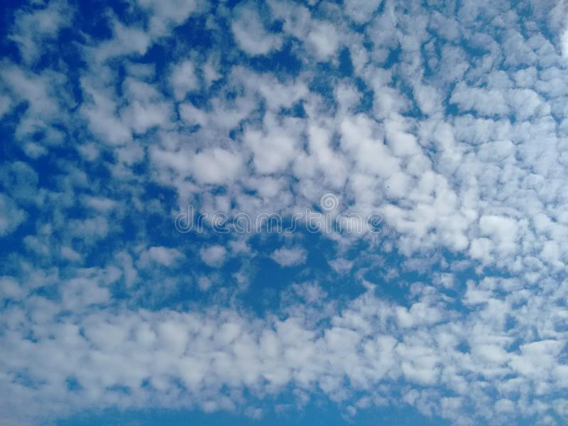 небо облаков цирруса циррокумулуса над Европой стоковые изображения rf