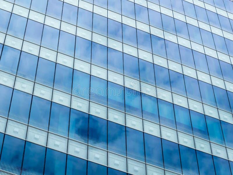 Небо отражая на стекле стоковое изображение