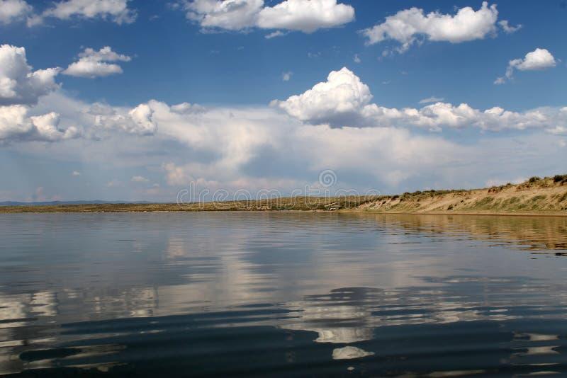 Небо отраженное в воде, дезертированном озере пляжа, небе лета, природе, голубое облако, стоковые изображения