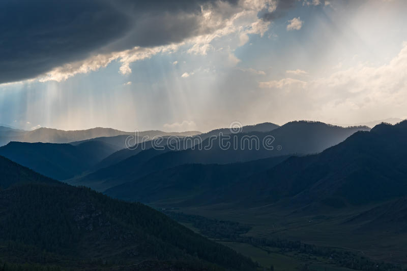 Небо долины горы заволакивает шторм стоковое изображение