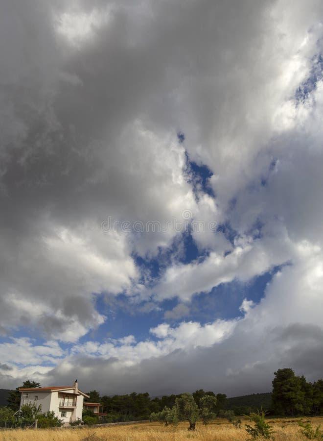 Небо панорамного вида и захода солнца с облаками на острове Evia в Греции стоковое фото rf
