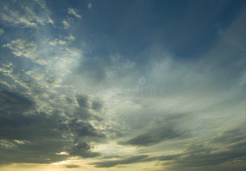 Небо перед заходом солнца стоковое изображение
