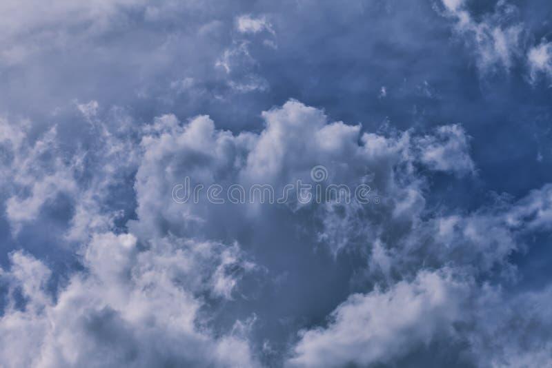 Небо покрыто с облаками шторма стоковое фото rf