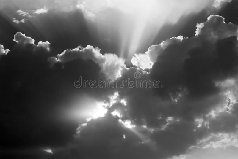 Небо после шторма - черно-белого стоковое изображение