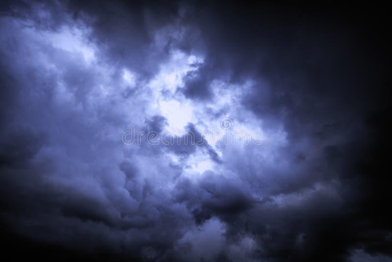 Небо предусматривано с хмурыми дождевыми облаками как предпосылка стоковая фотография rf