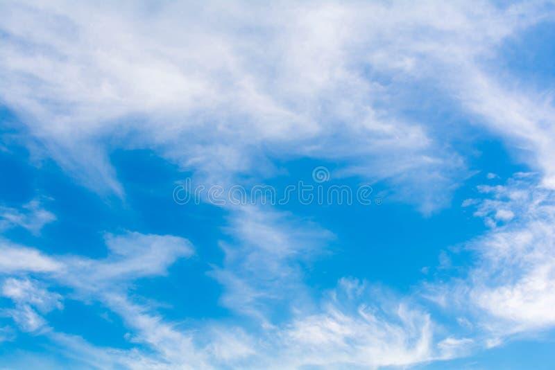 Download небо предпосылки голубое стоковое фото. изображение насчитывающей облако - 81815282