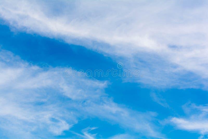 Download небо предпосылки голубое стоковое фото. изображение насчитывающей bluets - 81815284