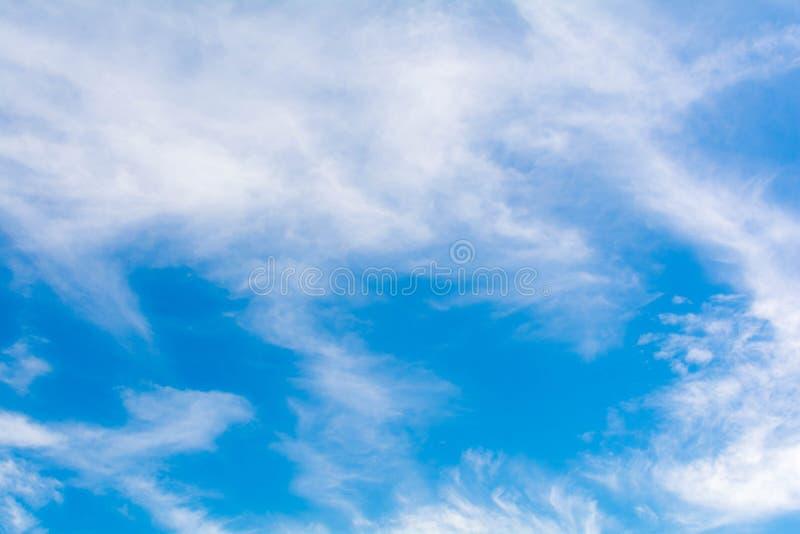 Download небо предпосылки голубое стоковое фото. изображение насчитывающей bluets - 81815288