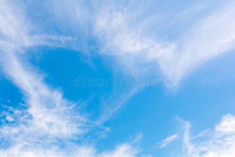 Download небо предпосылки голубое стоковое изображение. изображение насчитывающей кумулюс - 81815291