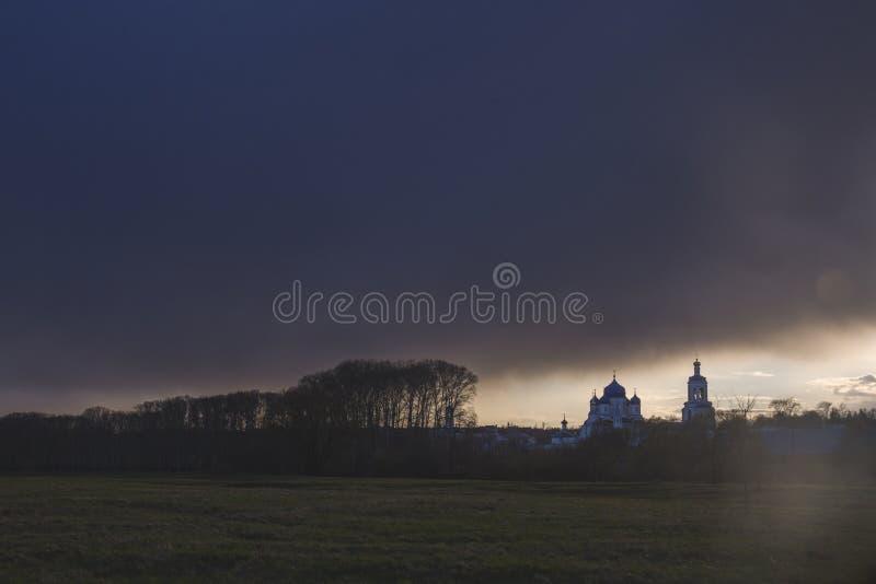 Небо пре-угрозой в Bogolyubovo Силуэт монастыря Заход солнца стоковое фото