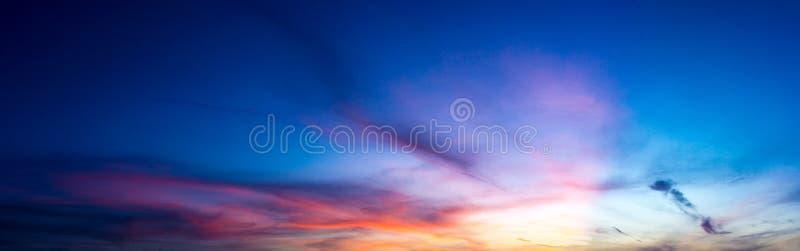 Небо природы панорамы twilight и облако цирруса стоковое изображение