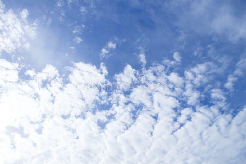 Небо природы текстуры предпосылки голубое с белыми облаками ясно стоковая фотография