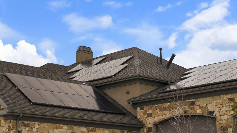 Небо рамки панорамы пасмурное голубое над домом с панелями солнечных батарей на сооруженной крыше стоковое фото rf