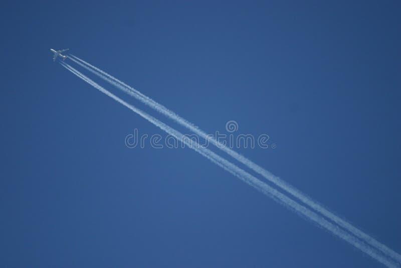 небо самолета голубое стоковое изображение rf