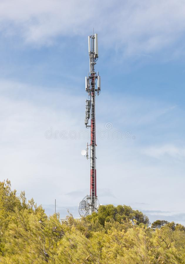 Небо связи башни Башня ТВ на предпосылке голубого неба стоковые изображения rf