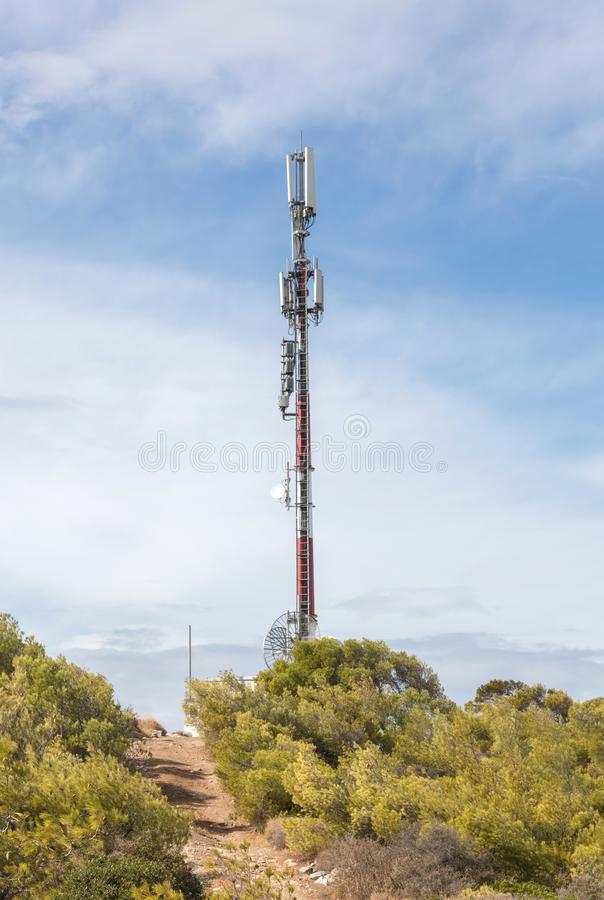 Небо связи башни Башня ТВ на предпосылке голубого неба стоковая фотография rf