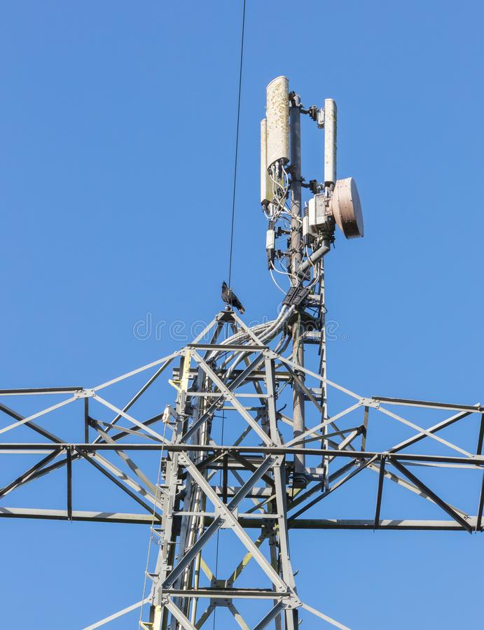 Небо связи башни на предпосылке голубого неба и облаков стоковая фотография rf