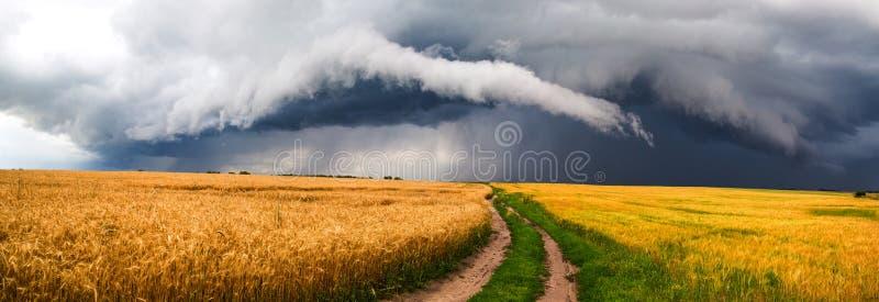 небо Сицилии дороги панорамы страны облаков сини воздуха открытое стоковые фотографии rf