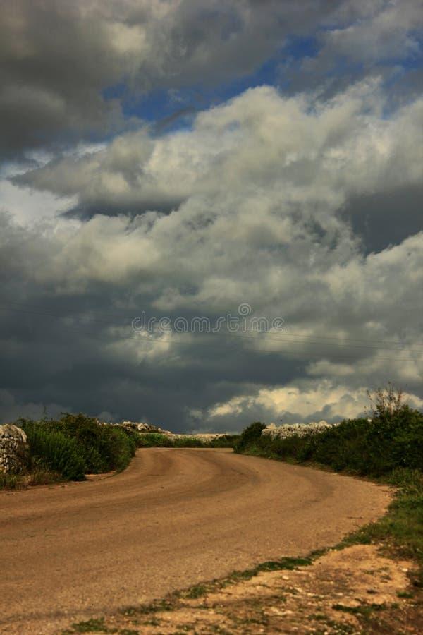 небо Сицилии дороги панорамы страны облаков сини воздуха открытое стоковая фотография