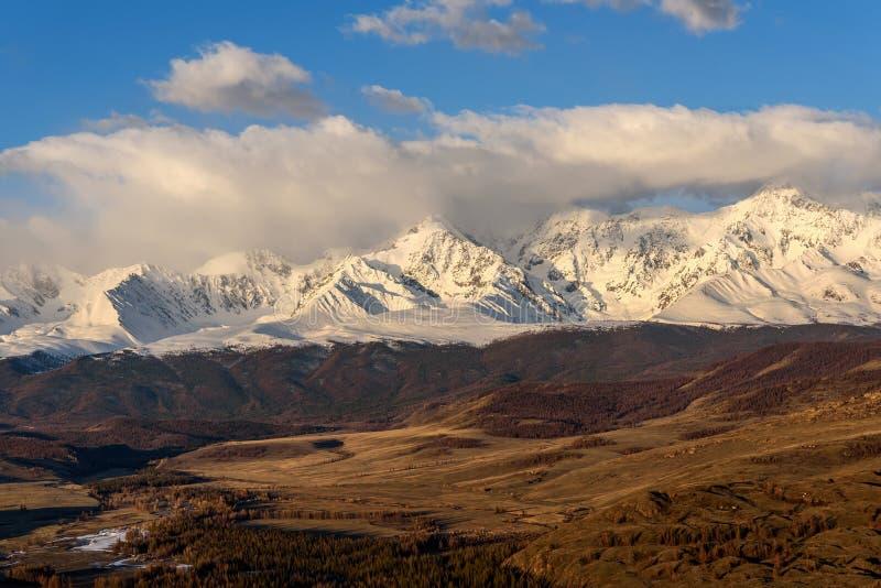 Небо снега горы заволакивает долина восхода солнца стоковая фотография