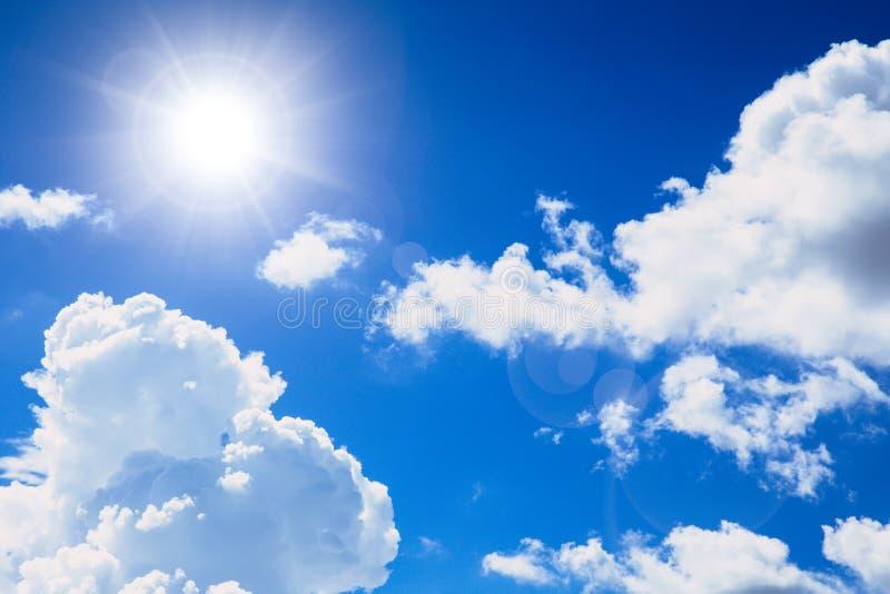 Небо солнечного дня голубое с облаком стоковые фото