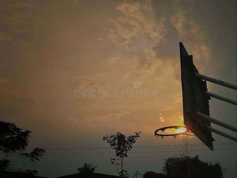 Небо Солнце Ligh баскетбола стоковая фотография rf