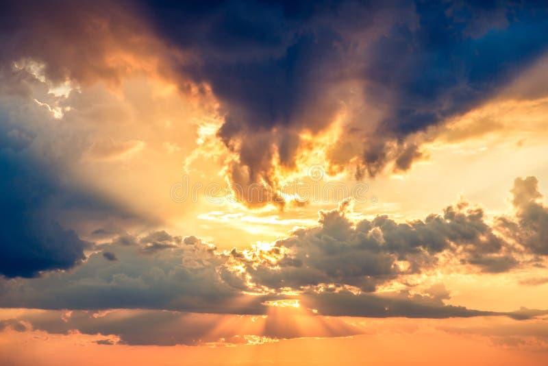 Небо с белыми облаками перед заходом солнца стоковое фото rf