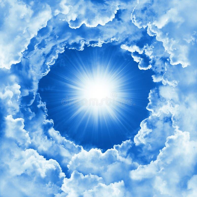 Небо с красивыми облаком и солнечностью Предпосылка неба концепции вероисповедания небесная Солнечный день, божественный сияющий  иллюстрация штока