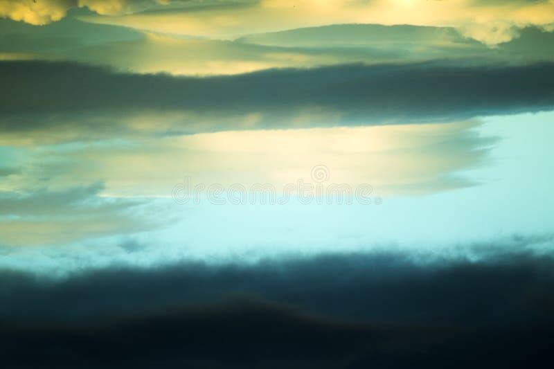 Небо с облаками и сверхконтрастными цветами стоковое изображение