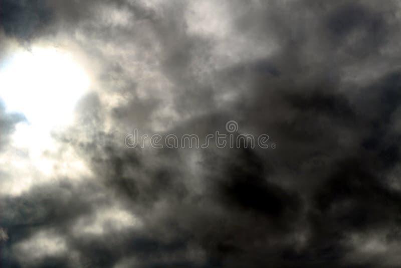 Небо с облаками перед дождем темного цвета стоковое изображение