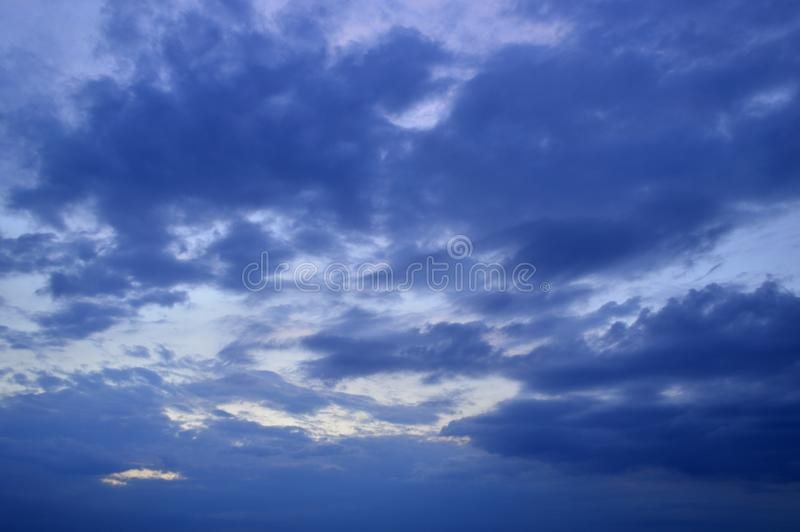 Небо с серыми облаками шторма стоковое фото rf