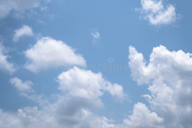 Небо яркий день, облака выглядит красивым стоковое изображение rf