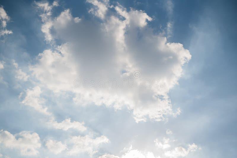 Небо яркий день, облака выглядит красивым стоковое фото