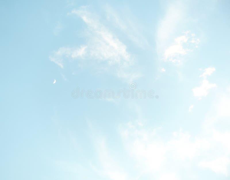 Небо Bule с белыми облаком и луной стоковое фото rf