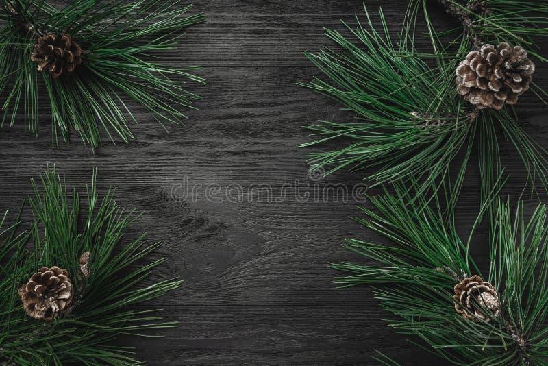 небо klaus santa заморозка рождества карточки мешка Черная деревянная предпосылка с ветвями сосны и конусами сосны через углы, вз стоковая фотография