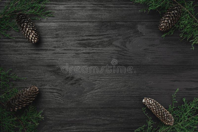 небо klaus santa заморозка рождества карточки мешка Черная деревянная предпосылка, с ветвями и конусами ели через углы, взгляд св стоковое фото