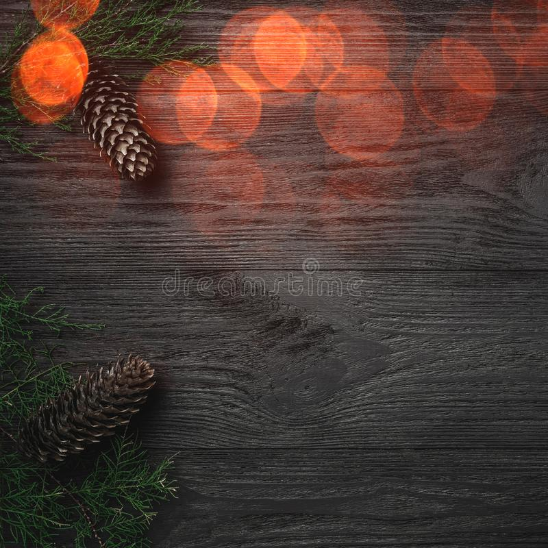 небо klaus santa заморозка рождества карточки мешка Черная деревянная предпосылка, с ветвями и конусами ели через углы, взгляд св стоковые изображения