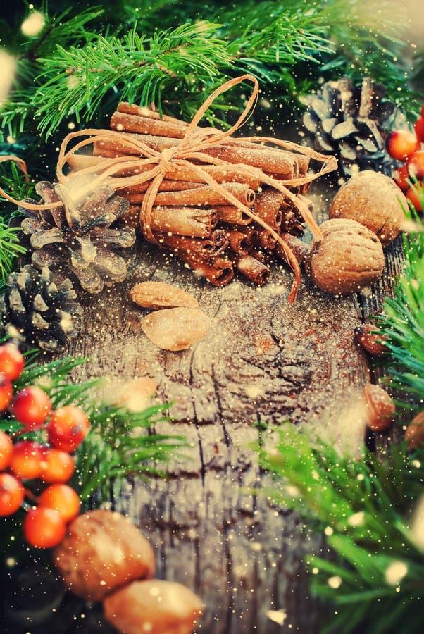небо klaus santa заморозка рождества карточки мешка Ручки циннамона, ель, естественная еда Вычерченный снег стоковые изображения rf