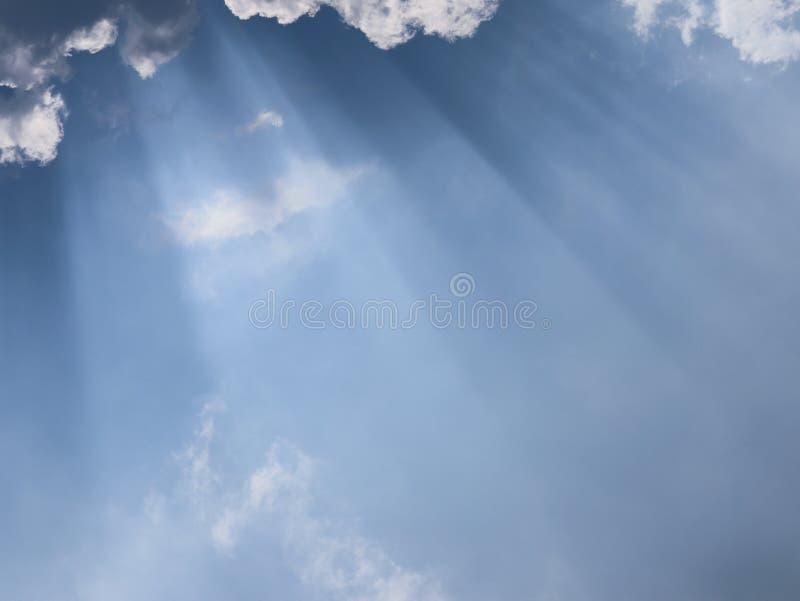 Голубое небо с облаками и светом солнца стоковые изображения rf
