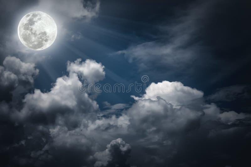 Небо Nighttime с облаками, яркое полнолуние сделало бы большой b стоковые изображения