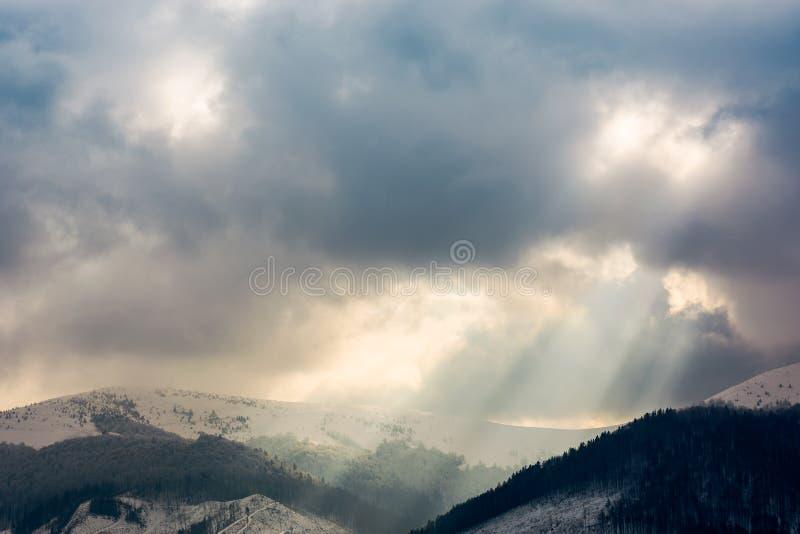 Небо overcast с световыми лучами над гребнем стоковое фото rf