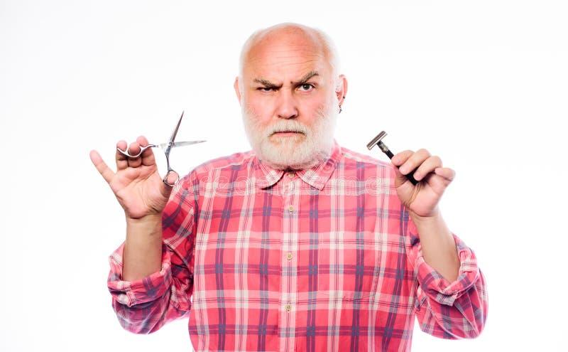 Небритый старик имеет усик и бороду зрелый бородатый человек изолированный на белизне ножницы отрезали и волосы щетки брить стоковая фотография