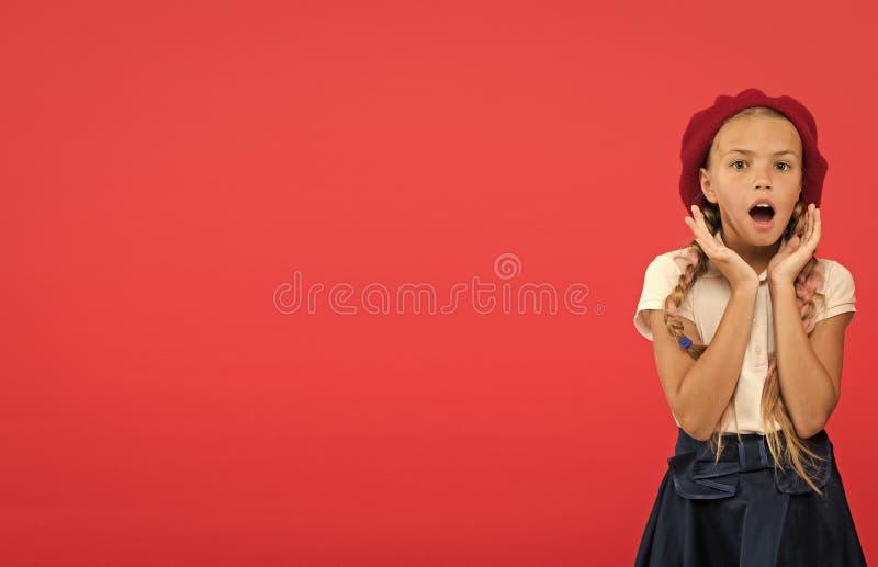 Невероятные новости Девушка моды ребенк маленькая удивленная с длинными оплетками и предпосылкой шляпы красной Девушка ребенка не стоковые изображения rf