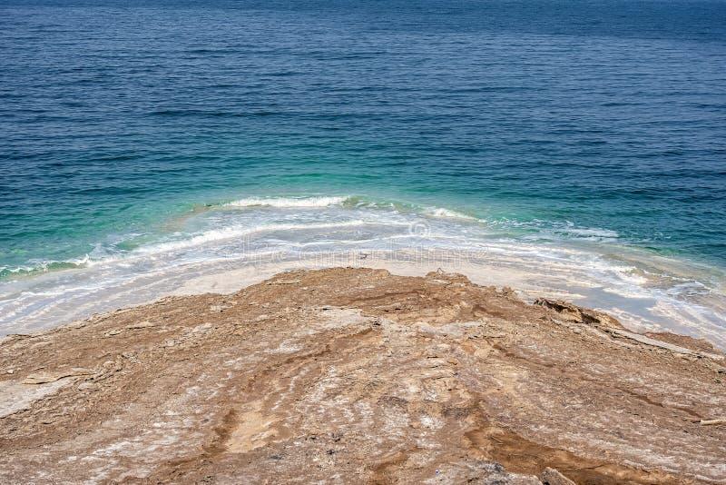 Невероятные цвета пейзажей глиняных берегов Мертвого моря Медицинская глина слоёв и омывается соленой водой стоковые фото