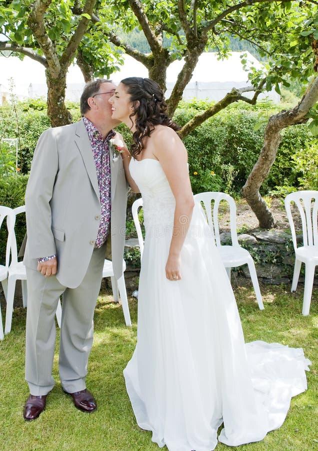 невеста будет отцом ее целовать стоковая фотография rf