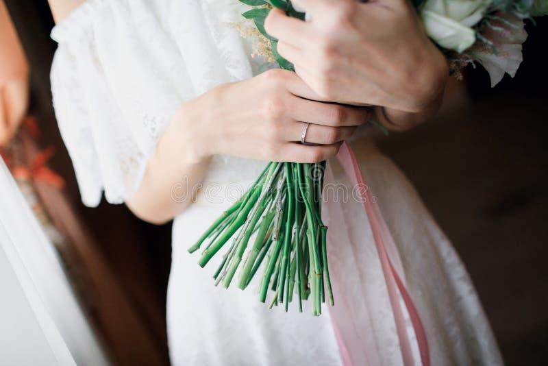 невеста букета вручает венчание стоковые изображения rf