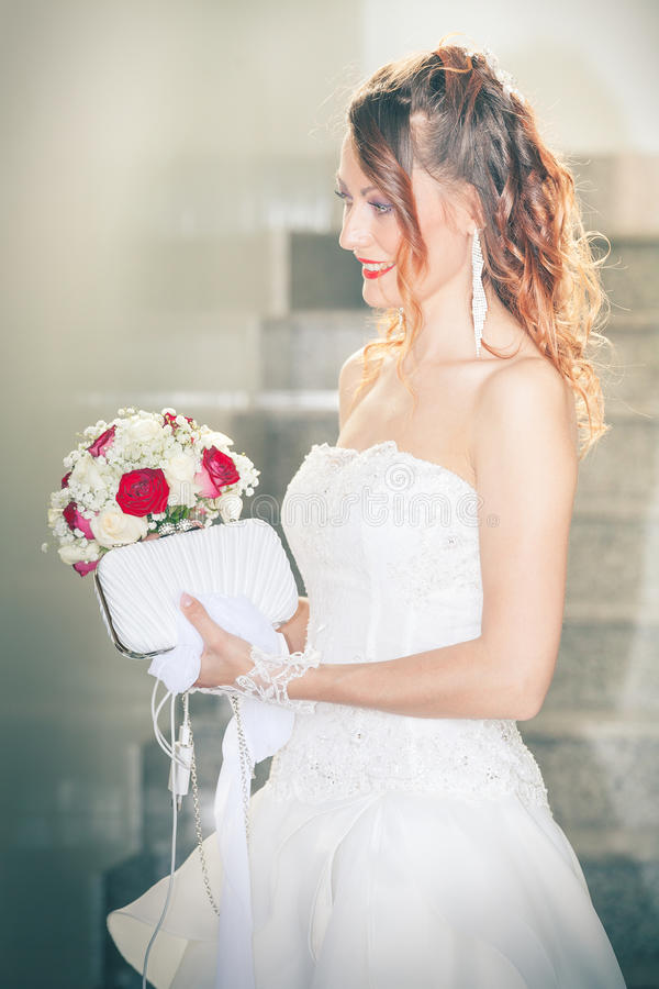Невеста, букет и портмоне Мантия свадьбы Интерьер стоковое изображение