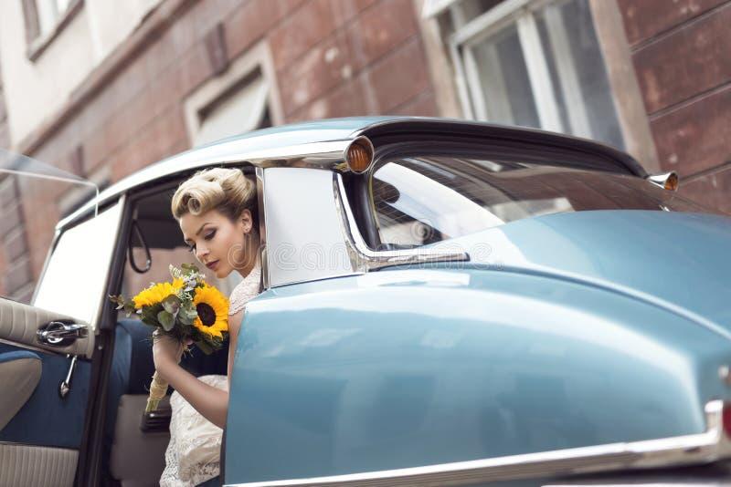 Невеста в автомобиле стоковое изображение rf