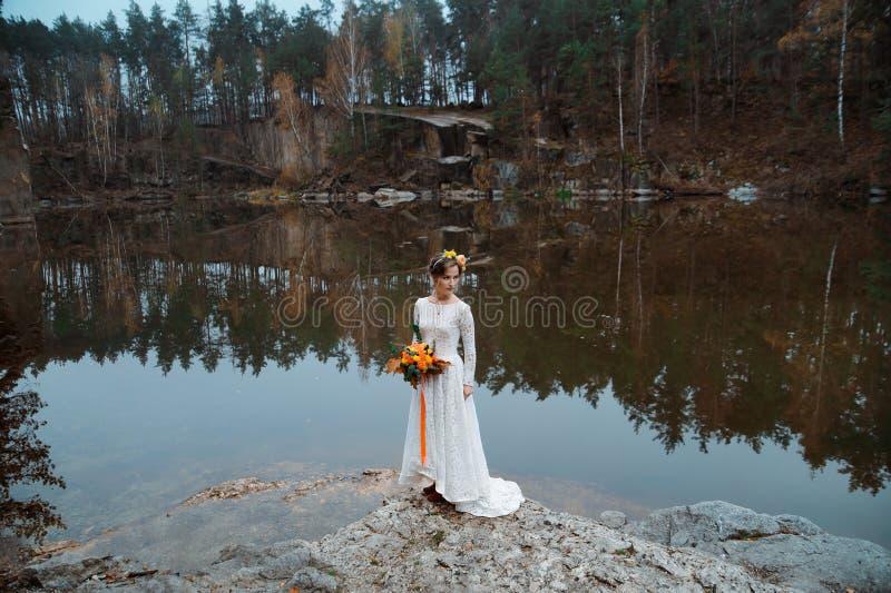 Невеста в природе стоковое изображение rf